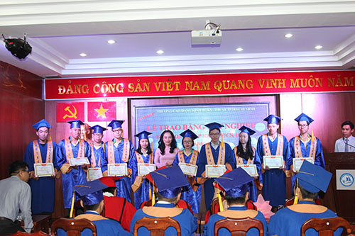 Ho Chi Minh City Technical and Economic College solemnly organized Graduation Ceremony for graduates of Course 17 (College) and Course 17 (Sub-college)